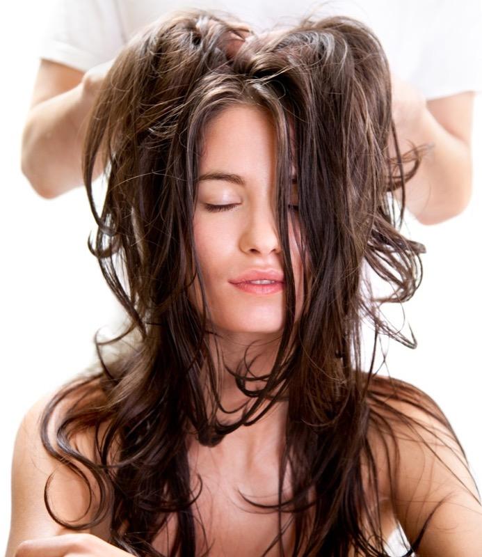 Capelli grassi massaggio e detersione