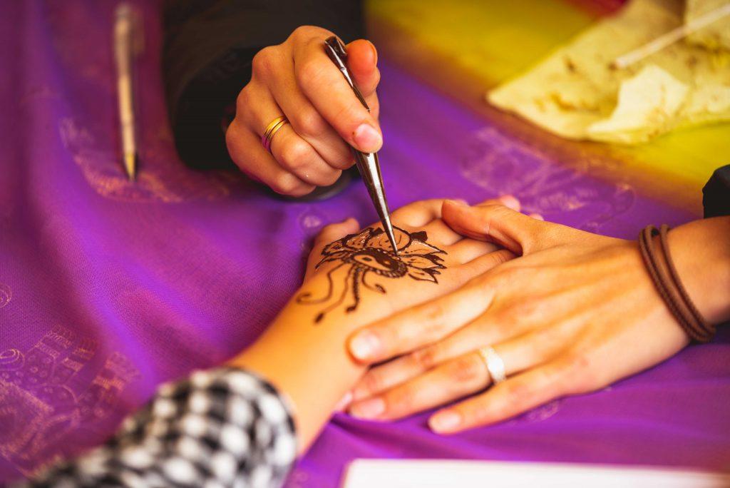 Bio tatuaggio corpo all'Henné