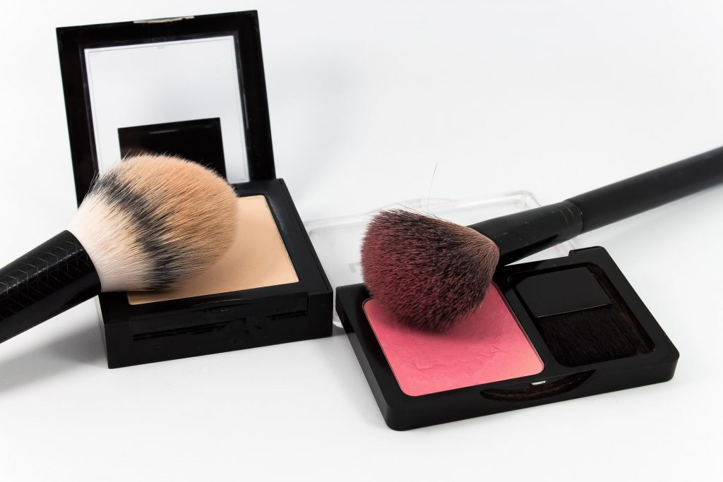 Cipria e blush per un make up dell'ultimo minuto