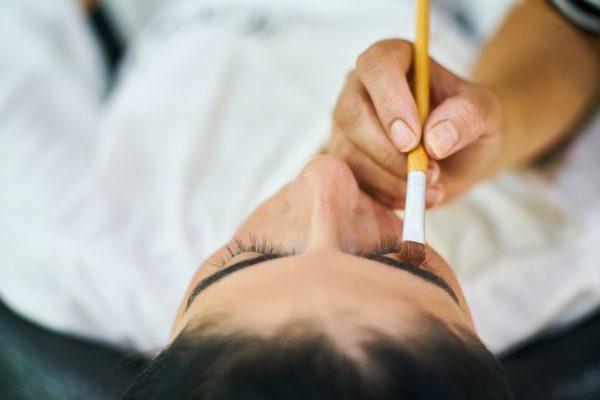 Hennè per sopracciglia: Come realizzare il bio tatuaggio
