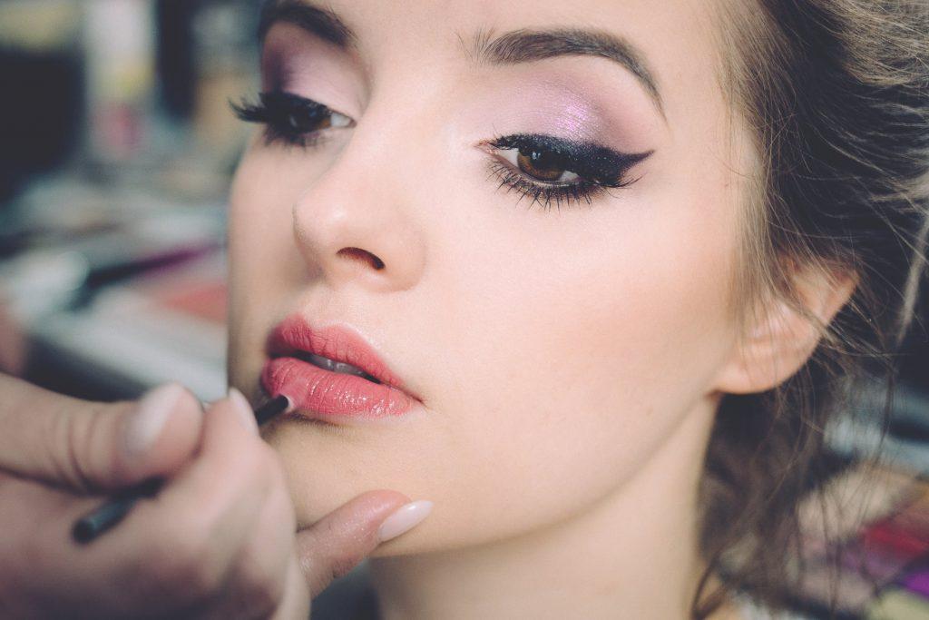 Ragazza in fase di make up