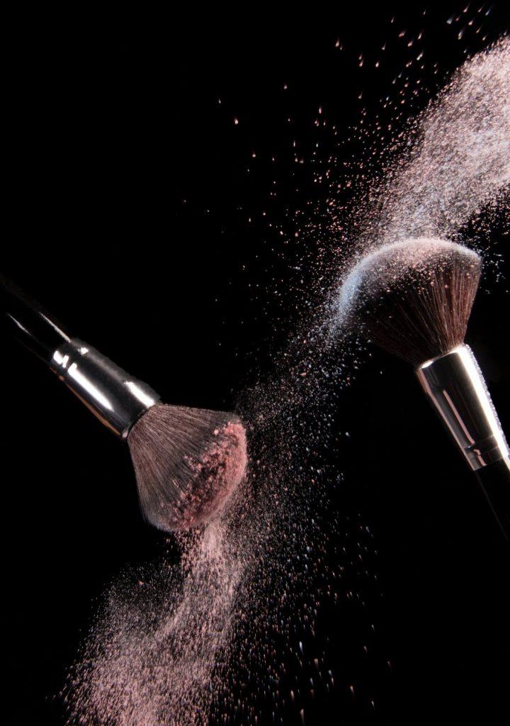pennelli che rilasciano polvere di make up