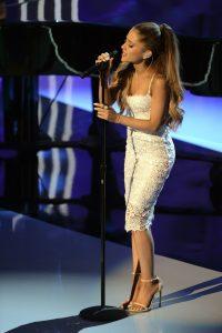 Ariana Grande e la sua coda in concerto
